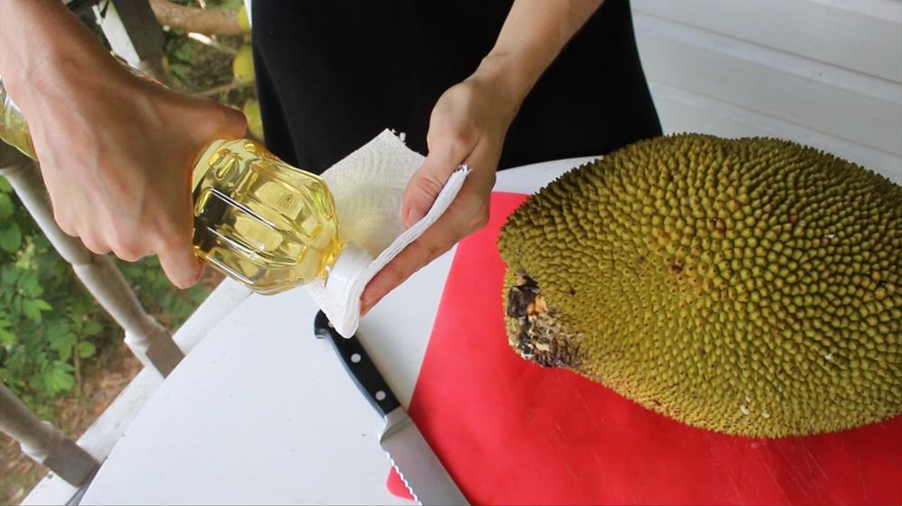 open a jackfruit Oil-the-knife