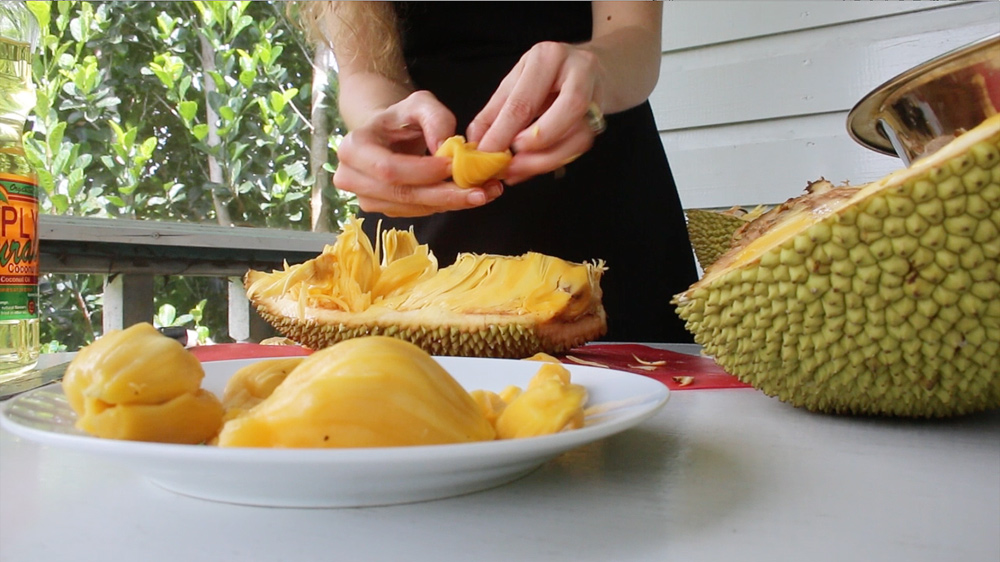 open a jackfruit pull-out-good-pieces