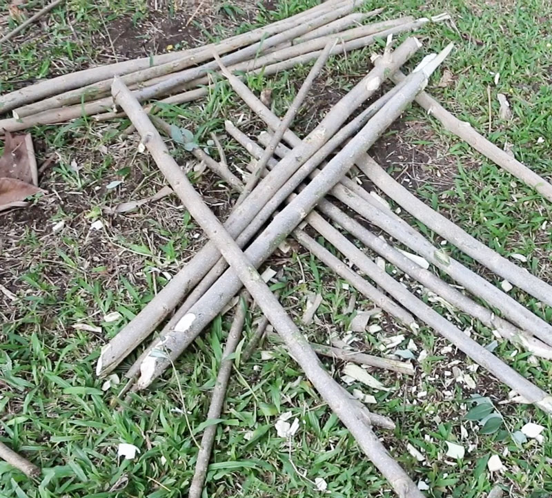Simple_compost_pile_stakes
