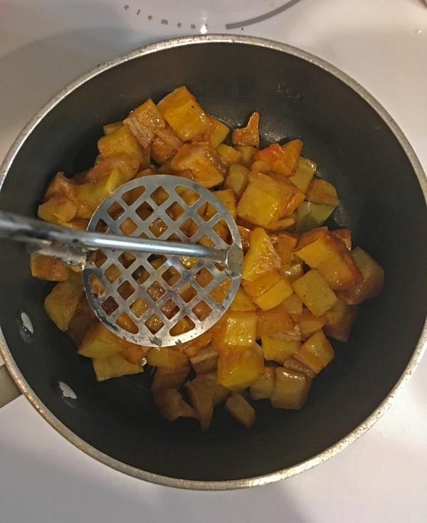 cooking star fruit to make star fruit jam
